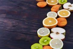 Φέτες των υγιών φρούτων που πλαισιώνουν το αγροτικό ξύλο με το διάστημα αντιγράφων Στοκ φωτογραφίες με δικαίωμα ελεύθερης χρήσης
