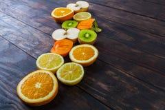 Φέτες των υγιών φρούτων στον ξύλινο πίνακα με το διάστημα αντιγράφων Στοκ Φωτογραφία