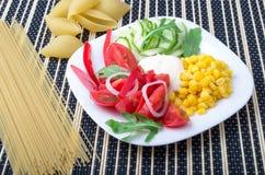 Φέτες των φρέσκων ακατέργαστων λαχανικών σε ένα άσπρο πιάτο Στοκ Εικόνες