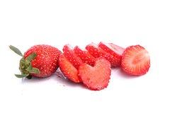 Φέτες των φραουλών με μια ενιαία φράουλα Στοκ εικόνα με δικαίωμα ελεύθερης χρήσης