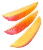 Φέτες των φρούτων μάγκο πέρα από το λευκό στοκ εικόνες με δικαίωμα ελεύθερης χρήσης