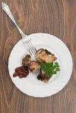 Φέτες χοιρινού κρέατος σε ένα άσπρο πιάτο Στοκ Φωτογραφίες