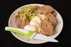 Φέτες χοιρινού κρέατος ψητού, μοτσαρέλα και συνταγή baguette Στοκ Εικόνες