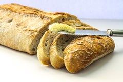 Φέτες ψωμιού με το βουτύρου μαχαίρι στοκ εικόνες