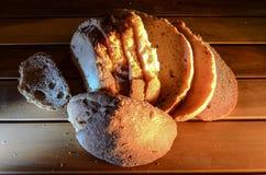 Φέτες ψωμιού σε έναν πίνακα Στοκ Φωτογραφίες