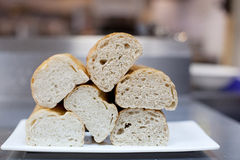 Φέτες ψωμιού σε ένα πιάτο στοκ εικόνα με δικαίωμα ελεύθερης χρήσης