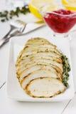 Φέτες λωρίδων κοτόπουλου με τη σάλτσα θυμαριού και των βακκίνιων Στοκ εικόνα με δικαίωμα ελεύθερης χρήσης