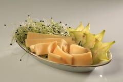 Φέτες chhese με τις φέτες του starfruit και των νεαρών βλαστών στην πλευρά στοκ εικόνα