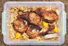 Φέτες Griled του χοιρινού κρέατος στο εμπορευματοκιβώτιο με το μαρινάρισμα στοκ εικόνες