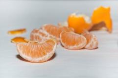 Φέτες tangerines στον άσπρο πίνακα Στοκ Εικόνες