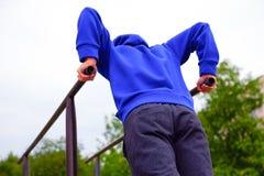 φίλαθλες νεολαίες ατόμ&o Κατάρτιση στις βαθμίδες στοκ φωτογραφία με δικαίωμα ελεύθερης χρήσης