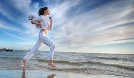 φίλαθλη γυναίκα θάλασσας ακτών τρέχοντας Στοκ Εικόνες