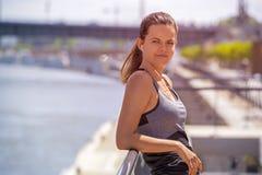 Φίλαθλη μουσική ακούσματος γυναικών πρίν τρέχει Θηλυκός κατάλογος αθλητών Στοκ εικόνα με δικαίωμα ελεύθερης χρήσης