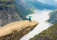 Φίλαθλη τοποθέτηση γυναικών σε Trolltunga Νορβηγία Στοκ φωτογραφίες με δικαίωμα ελεύθερης χρήσης