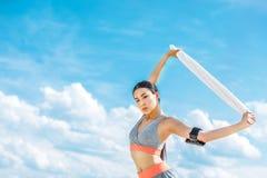 Φίλαθλος με αθλητικό armband για το smartphone Στοκ Εικόνες