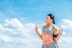 Φίλαθλος με αθλητικό armband για το smartphone Στοκ φωτογραφία με δικαίωμα ελεύθερης χρήσης