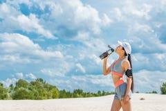 Φίλαθλος με το αθλητικό μπουκάλι Στοκ φωτογραφία με δικαίωμα ελεύθερης χρήσης