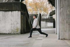 Φίλαθλος νεαρός άνδρας που ασκεί έξω στοκ φωτογραφία με δικαίωμα ελεύθερης χρήσης