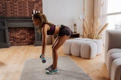 Φίλαθλος που χρησιμοποιεί barbells κάνοντας τις ασκήσεις για την πλάτη στοκ φωτογραφία