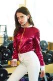 Φίλαθλο κορίτσι ικανότητας που φορά sportswear μόδας στη γυμναστική στοκ φωτογραφίες