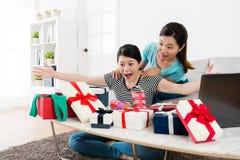 Φίλες λαμβανόμενες πολύ κιβώτιο δώρων θερινής πώλησης στοκ εικόνα