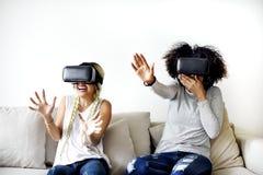 Φίλες που προσπαθούν στις κάσκες VR στοκ εικόνες