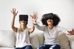 Φίλες που προσπαθούν στις κάσκες VR στοκ εικόνα