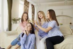 Φίλες που συναντούν τους φίλους που μιλούν στο δωμάτιο στοκ φωτογραφίες