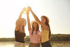 Φίλες σε ένα κόμμα με τα ποτά επάνω στην παραλία στοκ φωτογραφία
