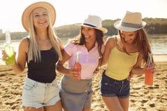 Φίλες σε ένα κόμμα στην παραλία το καλοκαίρι, φθινόπωρο στοκ εικόνες