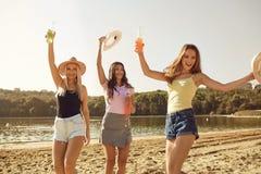 Φίλες σε ένα κόμμα στην παραλία το καλοκαίρι, φθινόπωρο στοκ φωτογραφίες με δικαίωμα ελεύθερης χρήσης