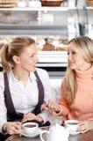 Φίλες στον καφέ Στοκ εικόνες με δικαίωμα ελεύθερης χρήσης