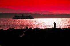 φίλημα ζευγών παραλιών Στοκ Φωτογραφίες