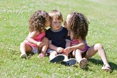 φίλημα κοριτσιών μάγουλων στοκ εικόνες με δικαίωμα ελεύθερης χρήσης