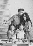 Φίλημα μητέρων και πατέρων με τα χρωματισμένα χέρια Στοκ εικόνες με δικαίωμα ελεύθερης χρήσης