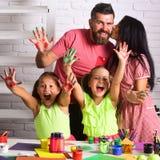 Φίλημα μητέρων και πατέρων με τα χρωματισμένα χέρια Στοκ Φωτογραφίες