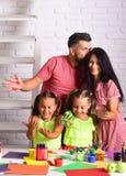 Φίλημα μητέρων και πατέρων με τα χρωματισμένα χέρια Στοκ φωτογραφία με δικαίωμα ελεύθερης χρήσης