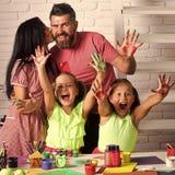 Φίλημα μητέρων και πατέρων με τα χρωματισμένα χέρια στοκ φωτογραφίες με δικαίωμα ελεύθερης χρήσης