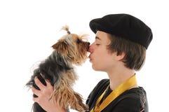 φίλημα σκυλιών αγοριών Στοκ Εικόνες