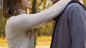 Φίλη που αγκαλιάζει ήπια το φίλο της από το λαιμό, που παίρνει να φιλήσει, ημερομηνία φθινοπώρου απόθεμα βίντεο
