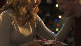 Φίλη που δίνει το χριστουγεννιάτικο δώρο και που φιλά το φίλο, ευχάριστη έκπληξη φιλμ μικρού μήκους