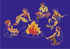 Φίλοι, αγόρια και κορίτσια που κάθονται στη φωτιά Ελεύθερη απεικόνιση δικαιώματος