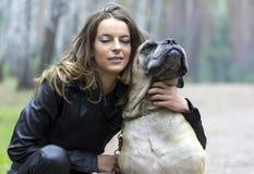 Φίλοι για πάντα. Κορίτσι και σκυλί Στοκ εικόνες με δικαίωμα ελεύθερης χρήσης