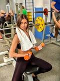 Φίλοι γυμναστικής και ομάδας αλτήρων εκμετάλλευσης γυναικών workout στο υπόβαθρο Στοκ Εικόνες