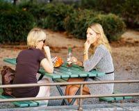 Φίλοι γυναικών στον υπαίθριο καφέ στη Βέρνη Ελβετός Στοκ Φωτογραφίες