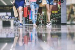 Φίλοι γυναικών ψωνίζοντας με τις συσκευασίες και τις αγορές Στοκ φωτογραφία με δικαίωμα ελεύθερης χρήσης