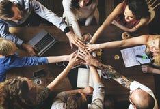 Φίλοι ενότητας ομάδας που συναντούν την έννοια συνεργασίας Στοκ Εικόνα