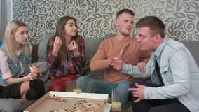 Φίλοι εφήβων που έχουν μια σοβαρή διαφωνία στο σπίτι απόθεμα βίντεο