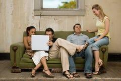 Φίλοι κολλεγίου στο διαμέρισμα ύφους ένδειας στοκ εικόνες