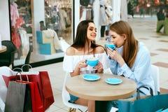 Φίλοι κοριτσιών που πίνουν τον καφέ στον καφέ Στοκ φωτογραφίες με δικαίωμα ελεύθερης χρήσης